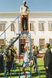 Sri Chinmoy hebt Nelson Mandela